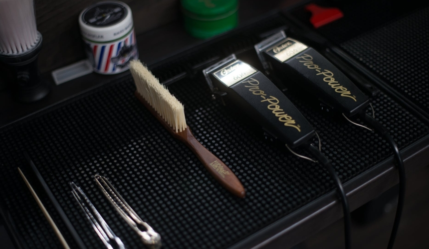 tow black hair clippers